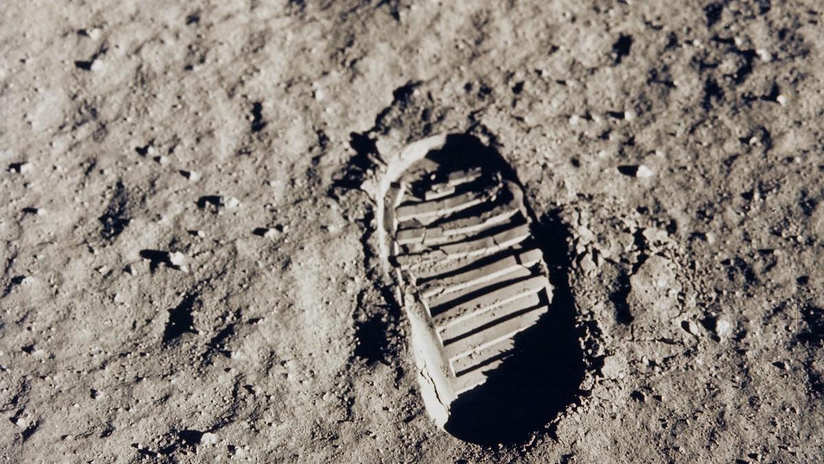 Stopa, kterou po sobě nechal na Měsíci Neil Amstrong z letu Apollo 11.