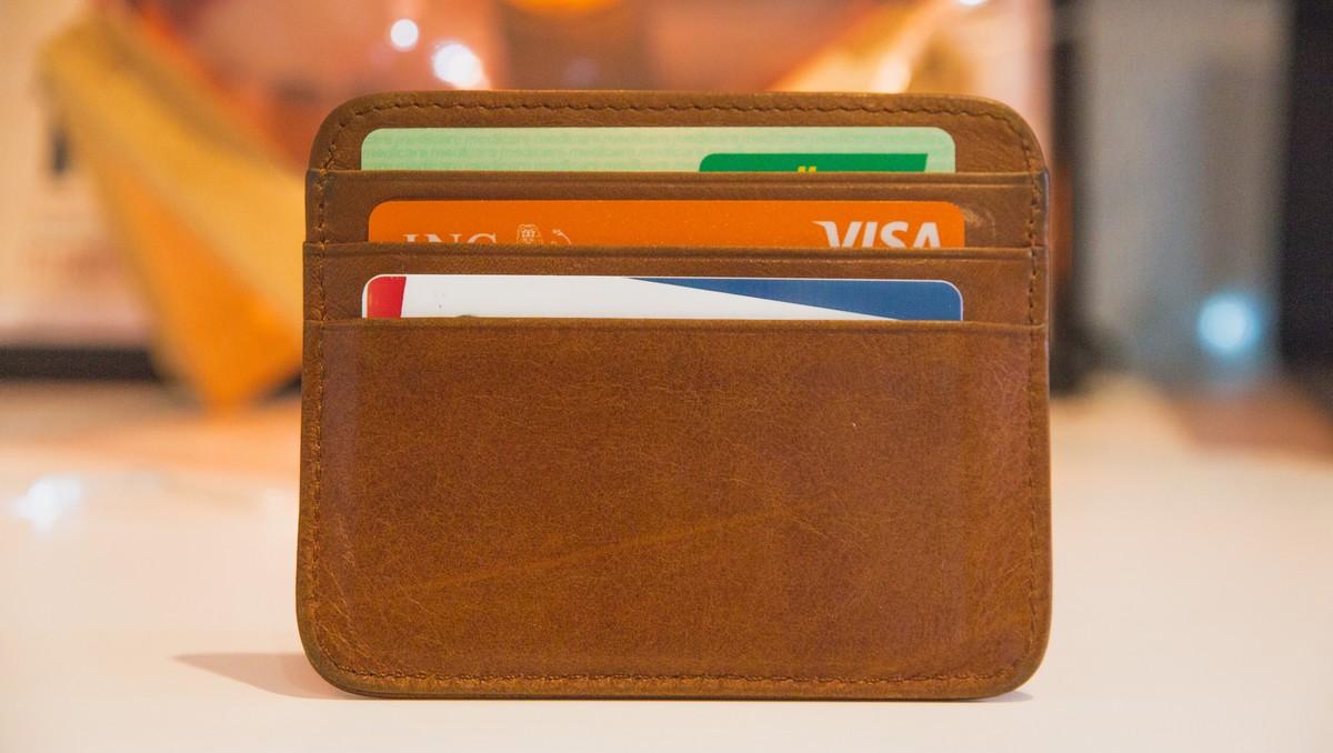 Kreditní karty bezpečně uložené v peněžence.