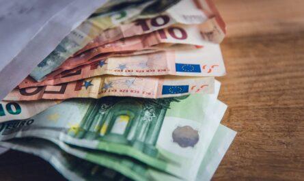 Půjčené peníze v obálce mohou mít jediný výsledek. Tím je registr dlužníků.