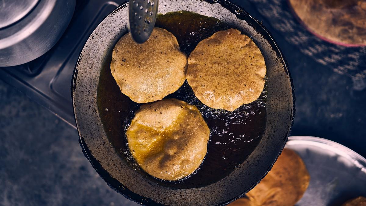 Smažení jídla, při kterém vznikají nezdravé tuky.