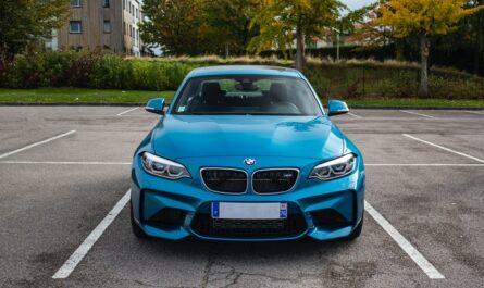 Úvěr na auto, za který můžete pořídit modrý vůz značky BMW.